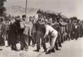 Dwangarbeid. Dwangarbeider-kolonie in het tuchthuis Torga Olna te Moldau, Roemenië 1933 de gevangenen.png