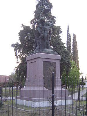 Villa Sarmiento - Statue in Plaza Alsina
