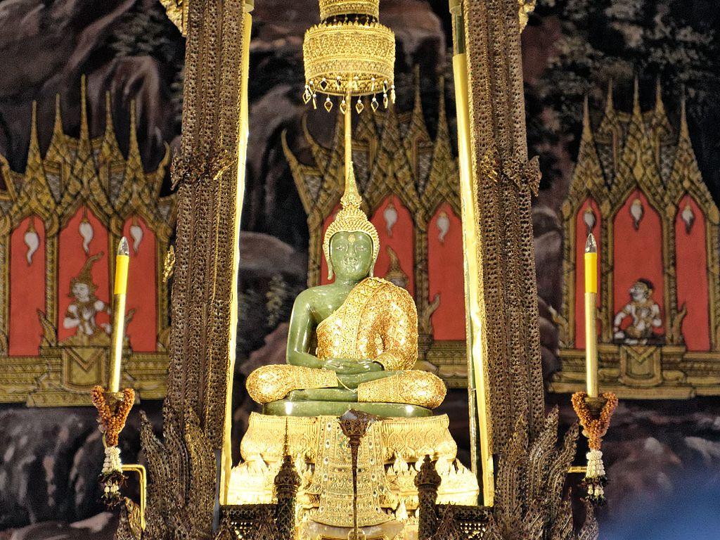 Emerald Buddha, August 2012, Bangkok (cropped)