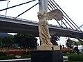 Escultura en puente del panteón en Orizaba.jpg