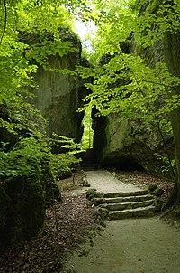 Felsengarten Sanspareil Gespaltener Fels 001.JPG