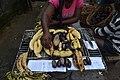 Femme qui grille du plantain et prunes.jpg