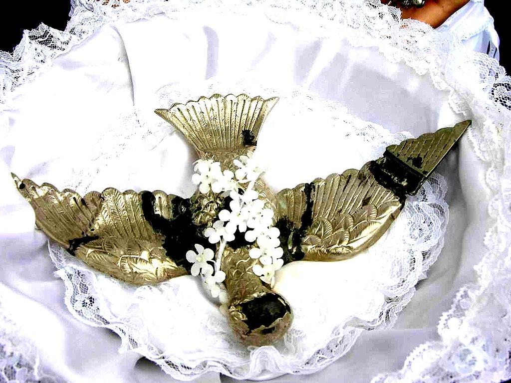 c61975d5dd Ficheiro Festas tradicionais que ocorrem em todas as 9 ilhas dos Açores.  Festa do Espírito Santo. Pomba do Divino da Freguesia da Vila Nova