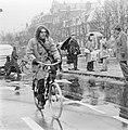 Fietsers en voetgangers in een sneeuwbui in de Vijzelstraat in Amsterdam, Bestanddeelnr 926-8613.jpg