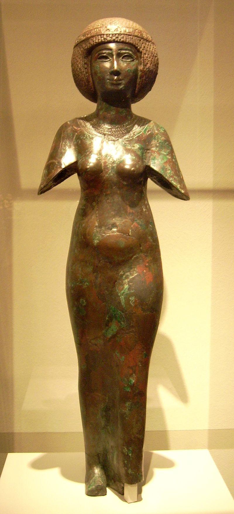 مجسمه برنزی از یک ملکه در سلسله دوم مصر
