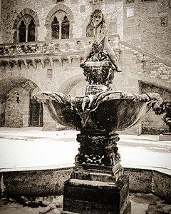 Fontana del Bacchino, Piazza del Comune Prato, sotto un manto di neve.jpg