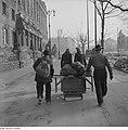 Fotothek df ps 0000026 Zwei Frauen und zwei Männer transportieren einen Tisch un.jpg
