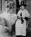 Frith, Francis - Häkelnde Frau in walisische Tracht (Zeno Fotografie).jpg
