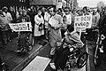 Frits Bom (m) tussen twee demonstranten in rolstoelen, Bestanddeelnr 932-4590.jpg