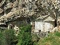 Gornja Isposnica Svetog Save - Crkva Svetog Georgija i ulaz u Isposnicu.jpg