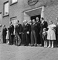 Groep mannen en kinderen bij deuropening, 3e man van links fabrieksdirecteur Jan, Bestanddeelnr 255-8547.jpg