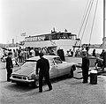 HUA-165639-Afbeelding van een personenauto (Citroën DS) tijdens het oprijden op het motorschip IJsselstroom van Rederij Koppe voor de bootdienst naar Enkhuizen, in de haven van Stavoren.jpg