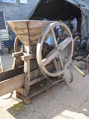 Cider mill - Roller mill: a roller-mill machine in France