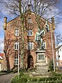 Halle Amtsgericht und Kriegerdenkmal.jpg