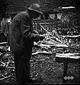 Hrbakov oče, rojen 1878 iz Orehovca, dela bičovnike 1956.jpg