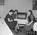 Huishoudelijk personeel luistert naar de radio, Bestanddeelnr 255-7789.jpg