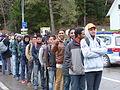 Immigranten beim Grenzübergang Wegscheid (22493454394).jpg