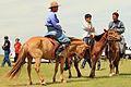 Jeźdźcy na stepie na lokalnym festiwalu Naadam (05).jpg