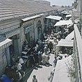 Jeruzalem. Markttafreel smalle straat met aan weerzijden winkeltjes. Kooplui he, Bestanddeelnr 255-9315.jpg