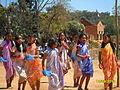 Jeunes Andriambavilanitra de Fonohasina. Au fond, le temple d'Ambohidrabiby.JPG