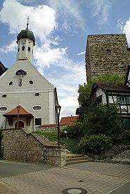 Bergfried der Ruine Jungnau neben der St. Anna Kirche