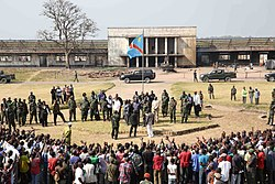 Kamina, province du Katanga, RD Congo - Le Ministre de la défense, Aimé Ngoy Mukena, et José Maria Aranaz, directeur du BCNUDH, saluent les ex-combattants arrivés sur le site de regroupement de Kamina. (19271316328).jpg