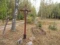 Krzyż i mogiła przy wjeździe do wsi Nowa Kaletka od strony Olsztyna - panoramio.jpg