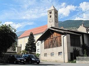 Laas, South Tyrol - Image: Laas, kerk in straatzicht foto 1 2012 08 12 16.37