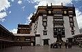 Lhasa-Potala-50-Klosterhof-2014-gje.jpg