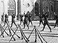 Lichamelijke oefening uitgevoerd door het peloton in excercitie-tenue met op de , Bestanddeelnr 252-1319.jpg