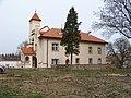Lochkov, zámek, západní křídlo, ze zámeckého parku.jpg