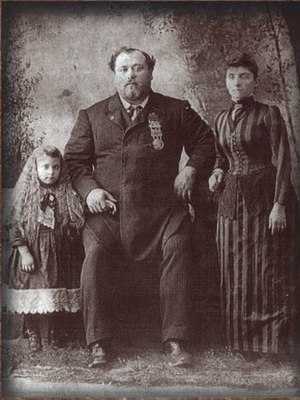 Louis Cyr - Louis Cyr with wife Mélina Comtois and daughter Émiliana Cyr