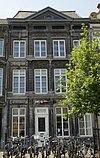 foto van Huis, de voorgevel met rijke toepassing van hardsteen.