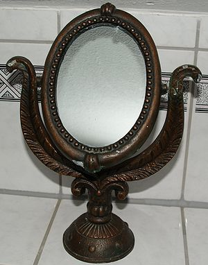 Old make-up mirror. Deutsch: Alter Schminkspiegel.