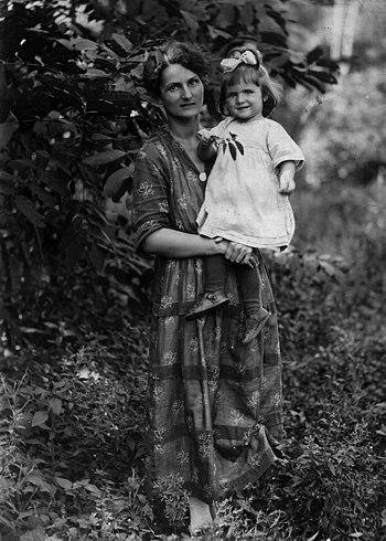 Жена В. К. Арсеньева Маргарита Николаевна и их дочь Наташа. Владивосток, 1922 г.