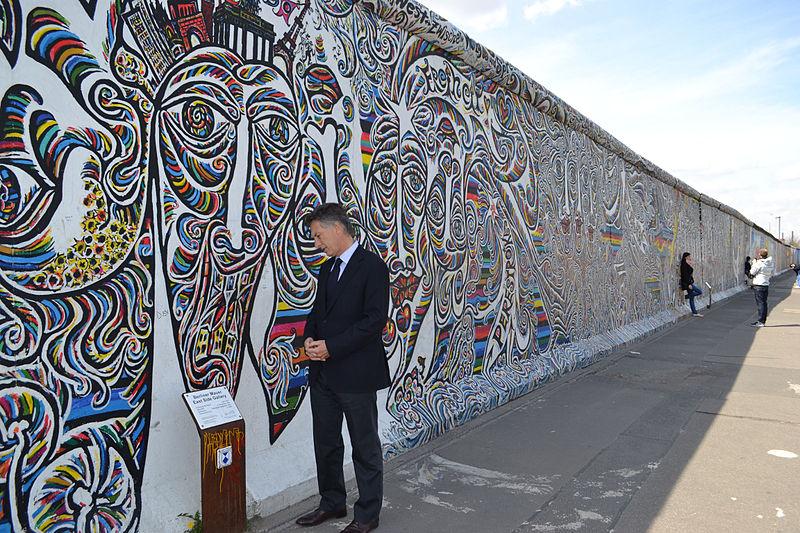 Mauricio Macri visit%C3%B3 el monumento a las v%C3%ADctimas del Holocausto en Berl%C3%ADn (7116482017).jpg