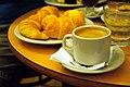 Mediaslunas, café en jarrito y agua mineral en Café El Gato Negro.JPG