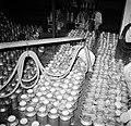 Melkfabriek mannen bij het vullen van de melkbussen, Bestanddeelnr 252-9444.jpg