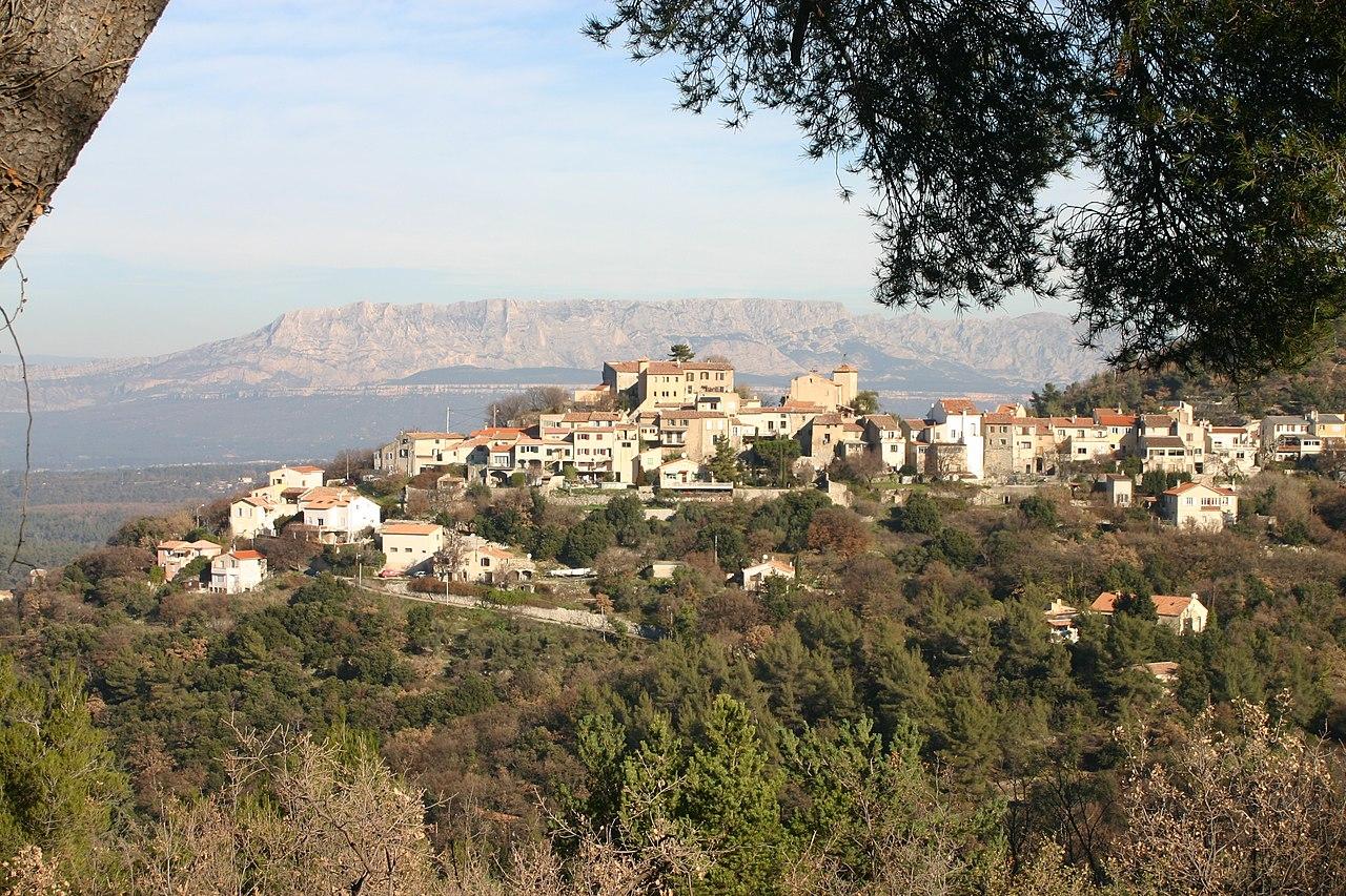 Le village vu depuis la chaîne de l'Étoile.