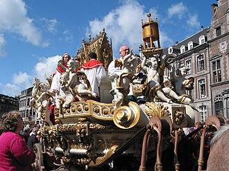 Ducasse de Mons - The Car d'Or sur arrives at the Grand-Place