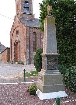 Montagne-Fayel monument aux Morts et église.jpg