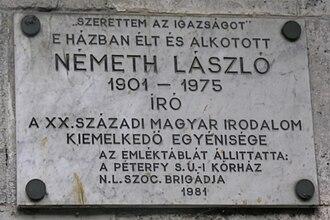 László Németh - A plaque at 79 Erzsébet Szilágyi Avenue, Budapest II, commemorating that Németh lived there.