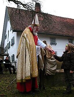 Nikolaus bei der Kinderbescherung