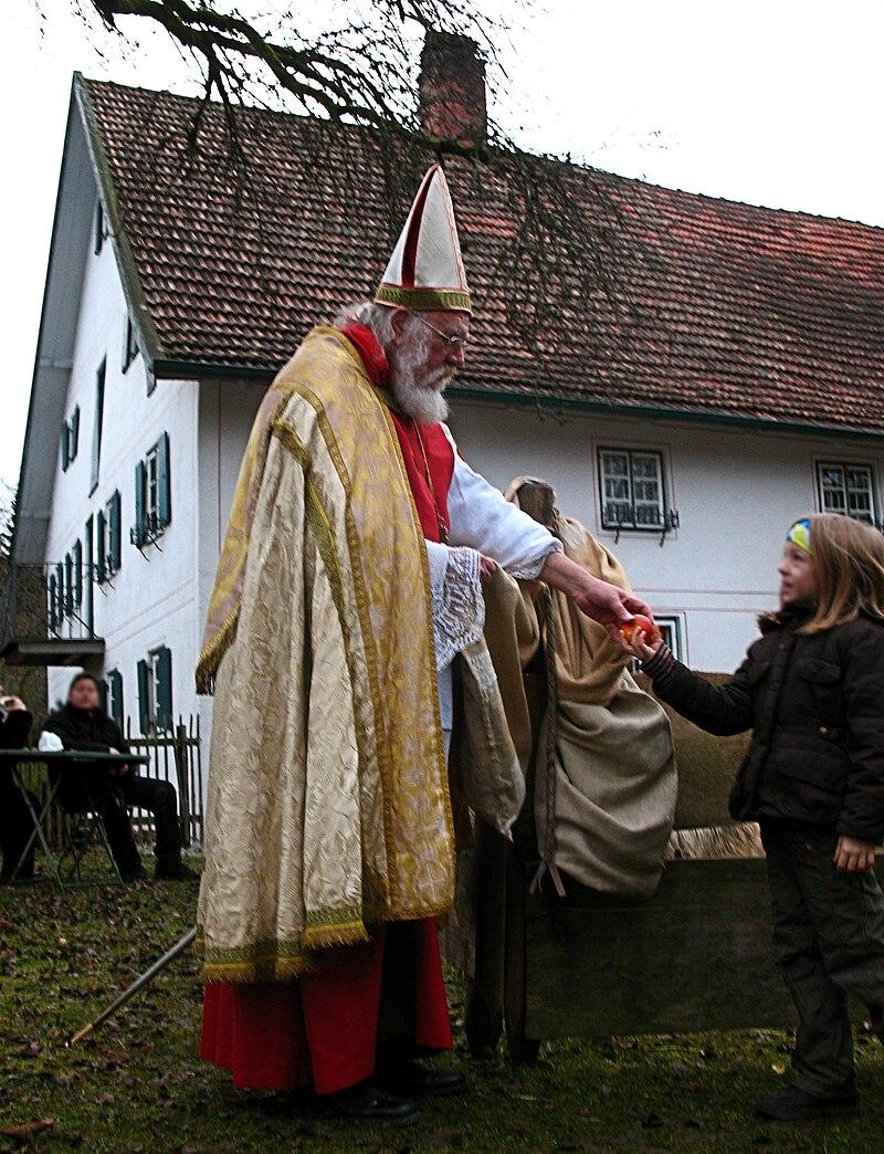 Traditioneller Nikolaus bei der Kinderbescherung im oberbayerischen Bauernhofmuseum