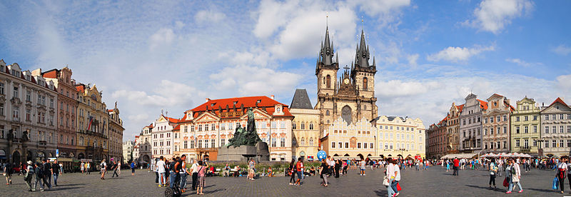 Archivo:Old Town Square - panorama 2.jpg