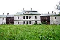 Pałac -widok tyłu z krużgankami od strony ogrodu.JPG