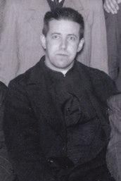 Padre Hurtado junto a j%C3%B3venes cat%C3%B3licos (cropped)