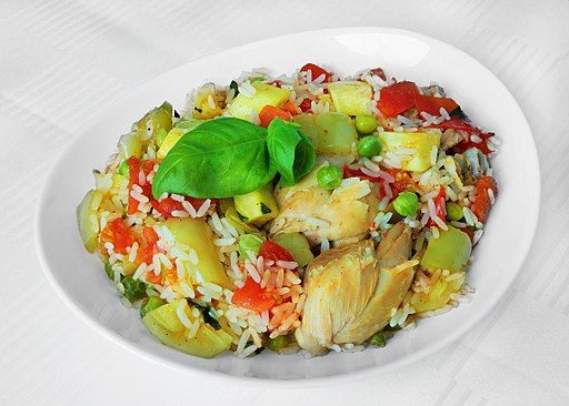 Parboiled rice with chicken, peppers, cucurbita, peas and tomato