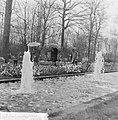 Pasen 1965, touristen op Keukenhof met paraplus gewapend, Bestanddeelnr 917-6620.jpg