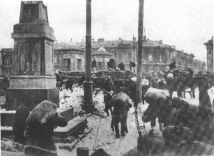 Bau von Barrikaden in Petrograd während der weißen Offensive 1919